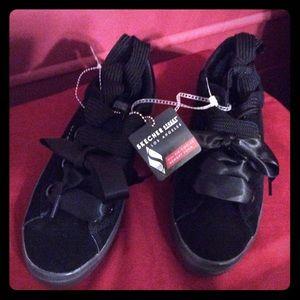 New Skechers 7 1/2 black memory foam 2X tie shoes